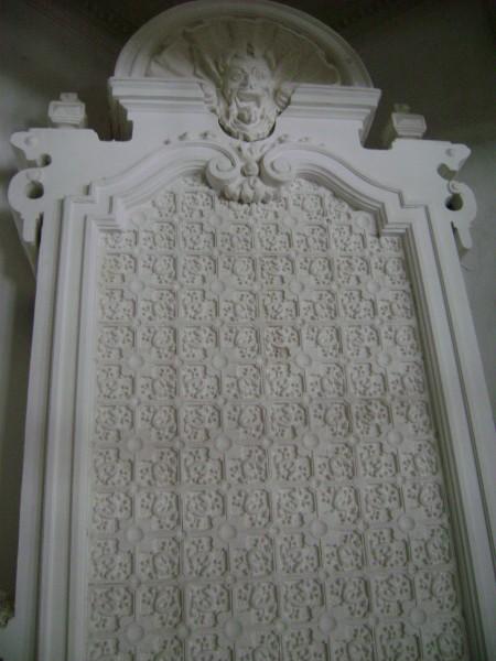 лепной камин в интерьере